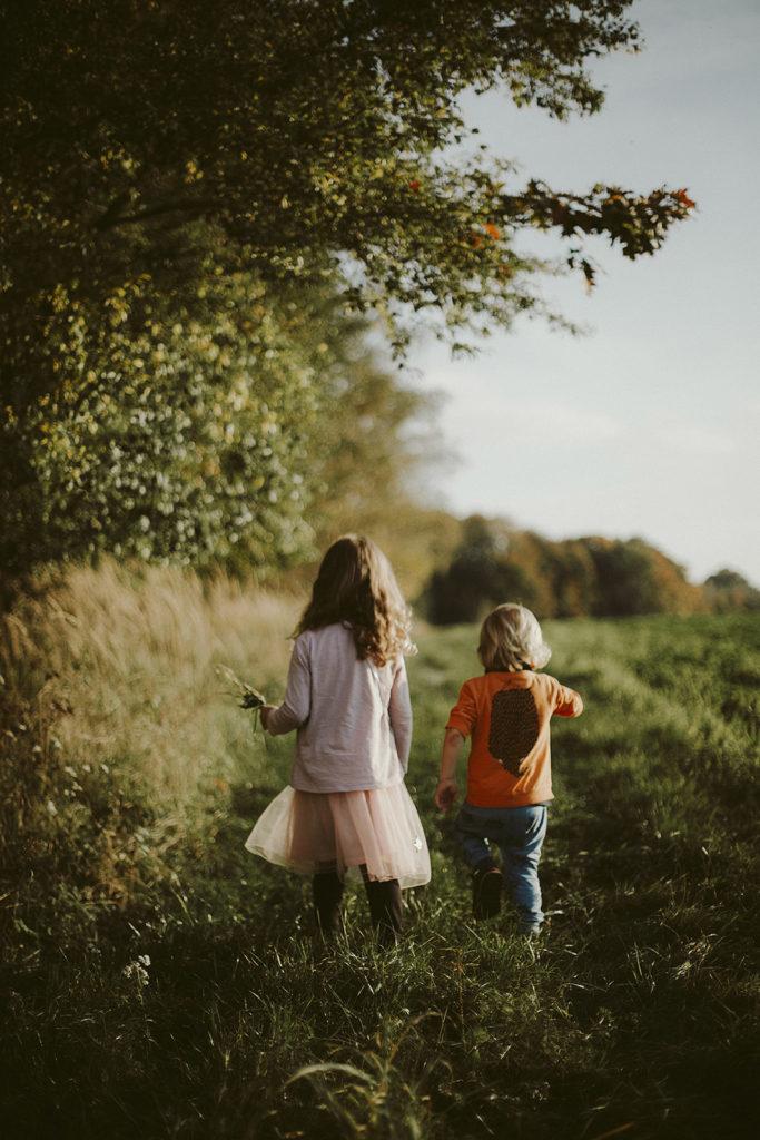 spacer w lesie rodzeństwo